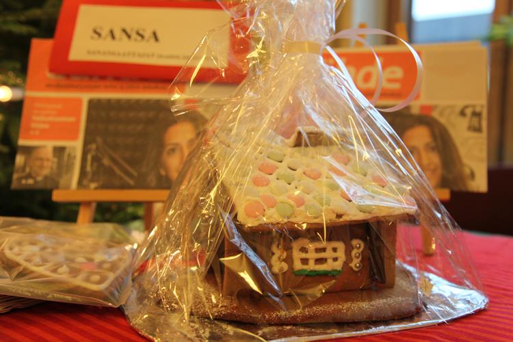 Sansa ja Kylväjä tekevät kristillistä lähetystyötä. Piparkakkutalot tekivät kummankin myyntipöydillä hyvin kauppansa.