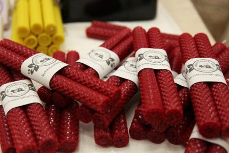 Hinthaarassa sijatiseva Myllymäen tila/WH Domus valmistaa kynttilöitä mehiläisvahasta. Tämä punainen sävy on täydellinen joulukynttelikköön!