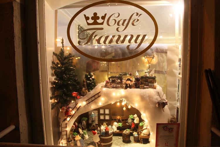 Uusimaan ja Porvoon Elävä Keskusta ry:n järjestämän näyteikkunakilpailun 2014 voitti Cafe Fanny.