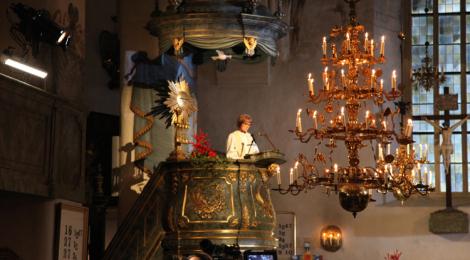 Kappalainen Riitta Kaajava saarnasi joulun lapsesta ja Jumalan läsnäolosta.