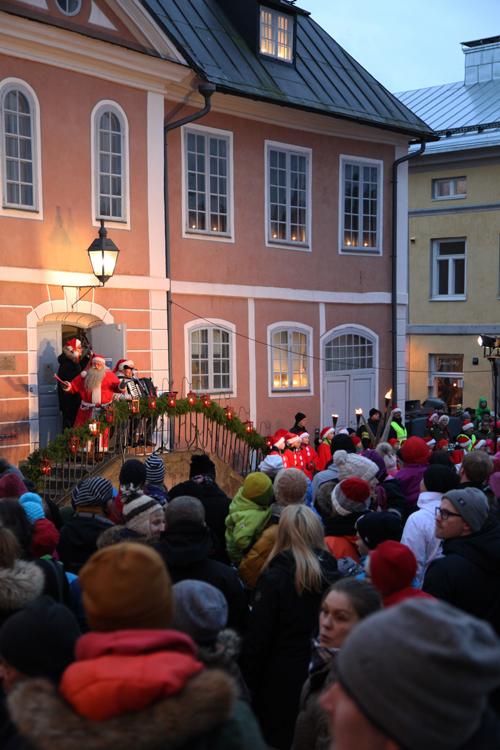 Joulupukki laulaa Porvoon Vanhan raatihuoneen rappusilla.