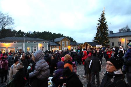 Vanha raatihuoneentori täyttyi ihmisistä Porvoon joulun avajaisissa 2015.