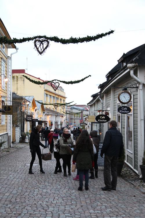 Välikadun tunnelmaa vähän ennen Porvoon joulunavajaisten seremonioita 2015.