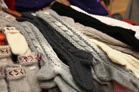 Pitkät villasukat lämmittävät talvi-iltoina. Valmistus Margita Träskelin.