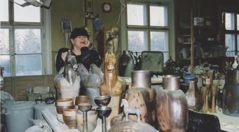 Elina Sorainen ateljeessaan Pernajassa vuonna 2001