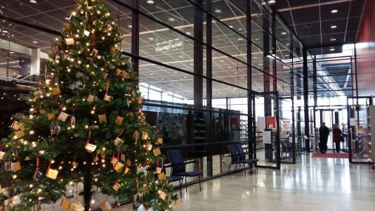 Joulukuusi Porvoon kaupunginkirjastossa.