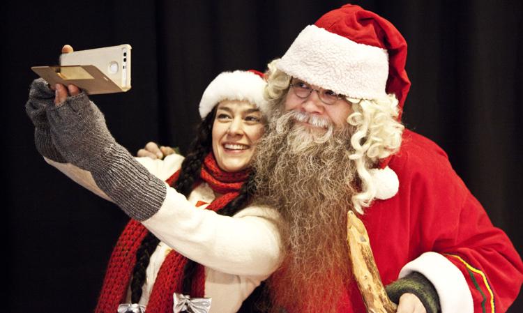 Joulutonttu ja joulupukki ottavat selfien Porvoon Teatterilla
