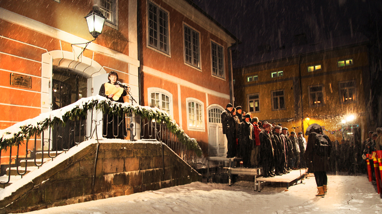Mikaela Nylander julistaa Porvoon joulurauhan 24.12.2014.