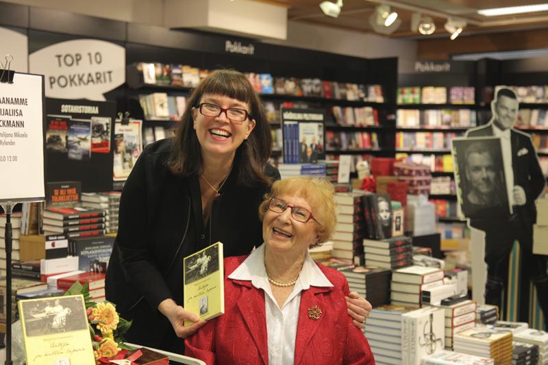 Kansanedustaja Mikaela Nylander (vas) haastatteli kirjailija Maija-Liisa Dieckmannia Porvoon suomalaisessa kirjakaupassa.