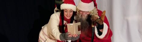 Teatteritonttu ja joulupukki ottavat selfietä Porvoon Teatterissa.