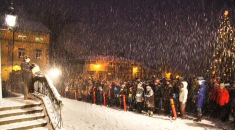 Porvoon joulurauhan julistus Vanhalla raatihuoneentorilla otettiin vastaan lumisateen tuiverruksessa. Tästä hetkestä alkoi monen porvoolaisen joulunvietto.