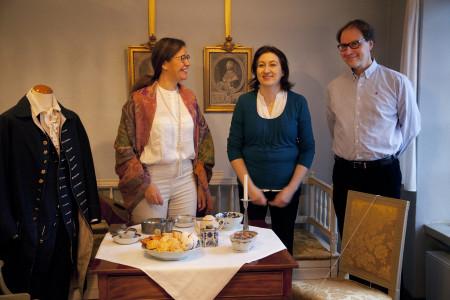 Museonjohtaja Marina Catani (vas), tutkija Lillemor Jordas ja amanuenssi Juha Jämbäck Holmin talon föörmaakissa.