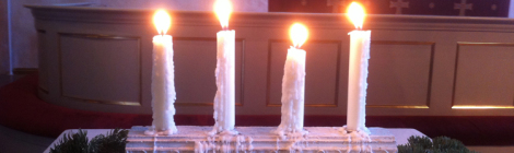 Neljä adventtikynttilää luo valoa Porvoon tuomiokirkossa 21.12.2014.