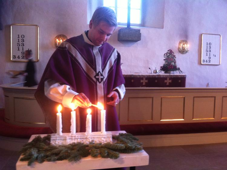 Neljäs adventti Porvoon tuomiokirkossa. Janne Kuusitunturi sytyttää kynttilät.