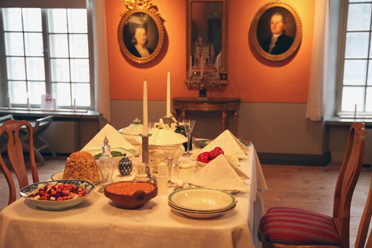 Porvoon museon joulupöytä Holmin talossa.